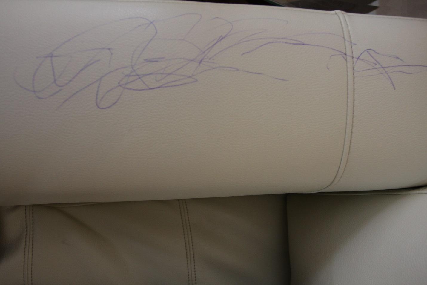 Ghế sofa da bị trẻ con vẽ mực lên có dễ làm sạch không? 1