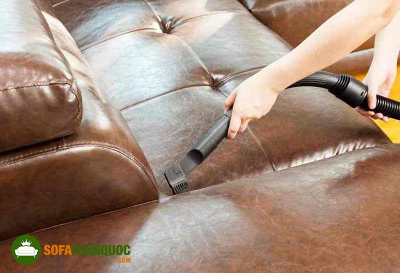 vệ sinh sofa da bằng máy hút bụi