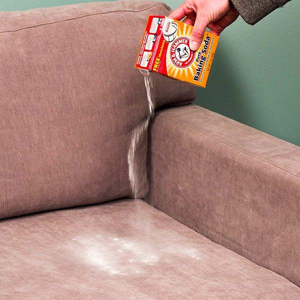 rắc baking soda lên sofa vải