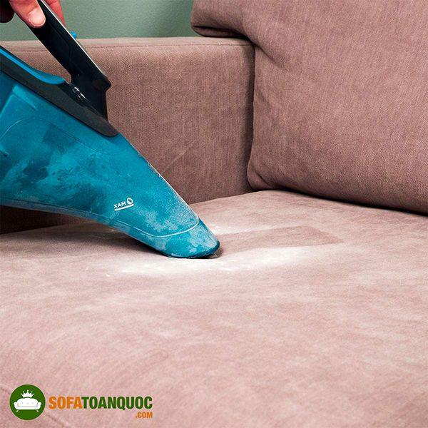 làm sạch baking soda khỏi sofa vải