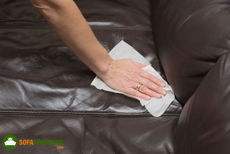 dùng dấm trắng vệ sinh sofa da thật