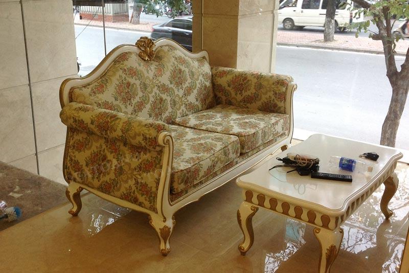ghế sofa bọc vải hoa cổ điển