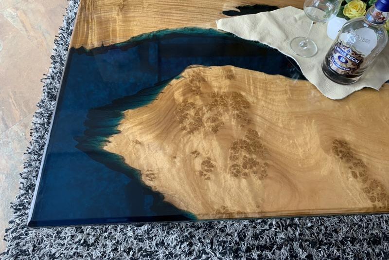 Bàn trà gỗ nu Kháo vàng và nhựa Epoxy mã 106