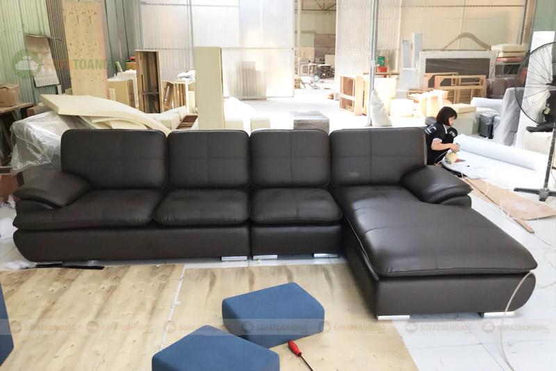 ghế sofa màu đen bọc da chân inox