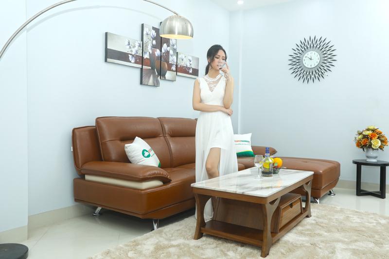 ghế sofa góc màu nâu chân inox