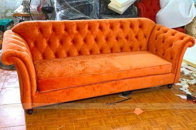 Mẫu sofa chung cư nhỏ kiểu cổ điển bọc vải màu đỏ mã 154